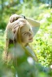 Młoda piękna nastoletnia dziewczyna pozuje w parku obraz stock