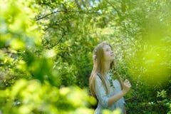 Młoda piękna nastoletnia dziewczyna pozuje w parku zdjęcie royalty free