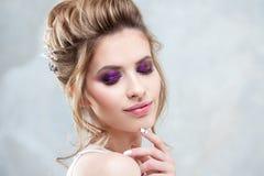 Młoda piękna panna młoda z eleganckim wysokim uczesaniem Ślubna fryzura z akcesorium w jej włosy zdjęcie stock