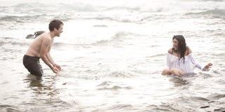 Młoda piękna para ma zabawę w kipieli Fotografia Royalty Free