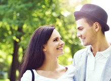 Młoda piękna para modnisie: chodzić w parku Zdjęcie Stock