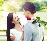 Młoda piękna para modnisie: chodzić w parku Fotografia Royalty Free