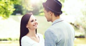 Młoda piękna para modnisie: chodzić w parku Fotografia Stock