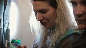 Młoda piękna para podróżuje samolotem Blondynka mężczyzna i kobiety obsiadanie blisko zdjęcie wideo