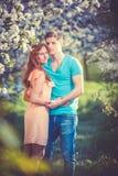 Młoda piękna para w miłości wśród jabłoni Fotografia Royalty Free