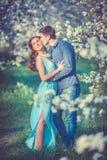 Młoda piękna para w miłości wśród jabłoni Fotografia Stock