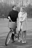 Młoda piękna para z bicyklem Fotografia Stock