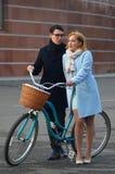 Młoda piękna para z bicyklem Zdjęcia Stock