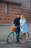 Młoda piękna para z bicyklem Zdjęcia Royalty Free