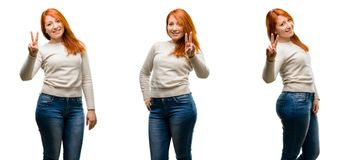 Młoda piękna rudzielec kobieta odizolowywająca nad białym tłem zdjęcie stock