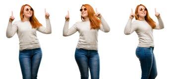 Młoda piękna rudzielec kobieta odizolowywająca nad białym tłem fotografia stock