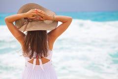 Młoda piękna seksowna garbnikująca brunetka relaksuje na plaży zdjęcia stock
