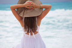 Młoda piękna seksowna garbnikująca brunetka relaksuje na plaży obraz royalty free