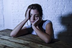 Młoda piękna smutna, przygnębiona kobieta patrzeje i marnotrawiącym i udaremniającym cierpienia bólem i psuł się zdjęcie stock