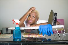 Młoda piękna smutnego i desperackiego czarnego afrykanina Amerykańska kobieta stresował się działanie udaremniającego przy kuchni Zdjęcie Stock