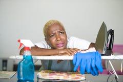 Młoda piękna smutnego i desperackiego czarnego afrykanina Amerykańska kobieta stresował się działanie udaremniającego przy kuchni Obraz Royalty Free