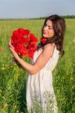 Młoda piękna spokojna dziewczyna marzy na makowym polu, lato plenerowy Zdjęcie Stock