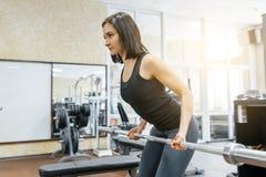 Młoda piękna sportowa kobiety brunetka robi sprawności fizycznej ćwiczy w gym Sprawność fizyczna, sport, szkolenie, ludzie, zdrow zdjęcia royalty free