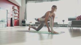 Młoda piękna sporty caucasian dziewczyna ćwiczy joga pozycje, asana _ zdjęcie wideo