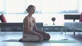 Młoda piękna sporty caucasian dziewczyna ćwiczy joga pozycje, asana _ zbiory wideo