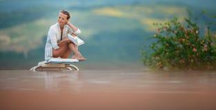 Młoda Piękna Suntanned kobieta relaksuje obok basenu obraz stock