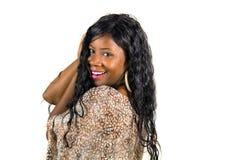 Młoda piękna, szczęśliwa czarna afro Amerykańska kobieta w chłodno egzot sukni ono uśmiecha się rozochocony i fotografia stock
