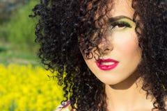 Młoda piękna szczęśliwa dziewczyna w polu z jaskrawym makeup zdjęcie stock