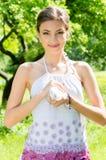 Młoda piękna szczęśliwa kobieta obejmuje małego królika outdoors Obraz Royalty Free