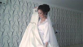 Młoda piękna szczęśliwa panna młoda przygotowywa w ranku dla ślubu, wiruje z ślubną suknią zbiory