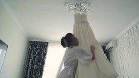 Młoda piękna szczęśliwa panna młoda przygotowywa w ranku dla ślubu, wiruje z ślubną suknią zbiory wideo