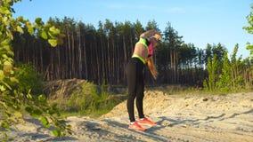 Młoda piękna szczupła kobieta ćwiczy outdoors na piasku zdjęcie wideo
