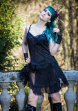 Młoda piękna szpilka w górę splendor dziewczyny z zielonego koloru włosy, wysocy buty na starym kamiennym rocznika balkonie Zdjęcie Stock