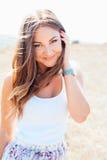 Młoda piękna uśmiechnięta kobieta zdjęcia stock