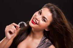 Młoda Piękna Uśmiechnięta kobieta Z Stomatologicznymi brasami Zdjęcia Stock