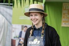 Młoda piękna wzorcowa przedstawienie dziewczyna ono uśmiecha się przy str w słomianym kapeluszu Obrazy Stock