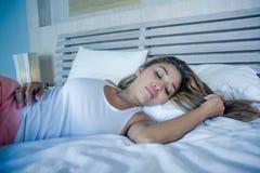 Młoda piękna, zmęczona Azjatycka kobieta i pokojowo odpoczywający szczęśliwy i zrelaksowany marzyć na jej łóżka apartm w domu fotografia royalty free