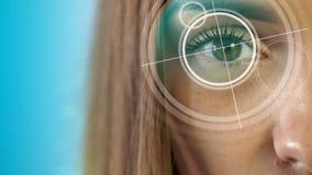 Młoda piękno blondynka sprawdza jej wzrok przy kliniką zbiory