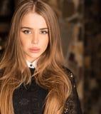 Młoda piękno kobieta przeciw domowemu wnętrzu Zdjęcia Royalty Free