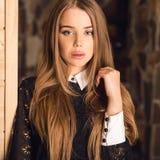 Młoda piękno kobieta przeciw domowemu wnętrzu Obraz Stock