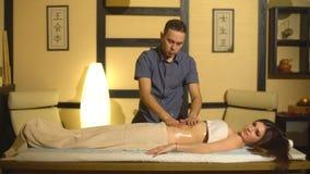 Młoda piękno kobieta robi brzusznemu masażowi zdjęcie wideo