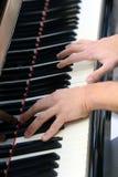 Młoda pianista ręka podczas gdy bawić się fortepianową klawiaturę Obraz Stock