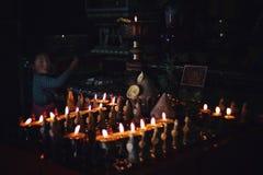młoda pielgrzymia dziewczyna robi darowiźnie przy tibetan buddyjską świątynią obrazy royalty free