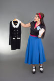 Młoda pinup kobieta próbuje nową suknię Obrazy Royalty Free