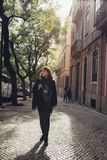 Młoda podróżnik kobieta podziwia piękne pogodne wąskie ulicy w Lisbon, Portugalia zdjęcia stock