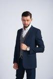 Młoda pomyślna biznesmen pozycja w błękitnym kostiumu Zdjęcia Stock