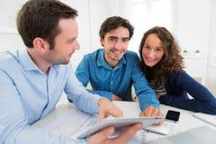Młoda poważna para spotyka agenta nieruchomości Zdjęcia Stock