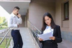 Młoda powabna azjatykcia biznesowa kobieta, żeński portreta spojrzenie przy krzywka Zdjęcia Stock