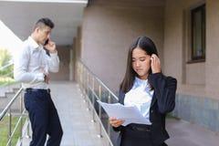 Młoda powabna azjatykcia biznesowa kobieta, żeński portreta spojrzenie przy krzywka Obrazy Royalty Free