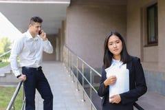 Młoda powabna azjatykcia biznesowa kobieta, żeński portreta spojrzenie przy krzywka Zdjęcie Stock