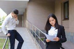 Młoda powabna azjatykcia biznesowa kobieta, żeński portreta spojrzenie przy krzywka Zdjęcie Royalty Free